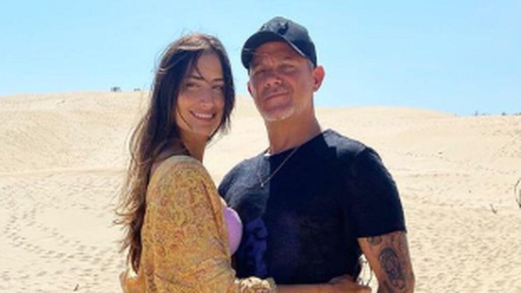 Alejandro Sanz y Rachel Valdés, en bañador durante su escapada a las playas de Cádiz