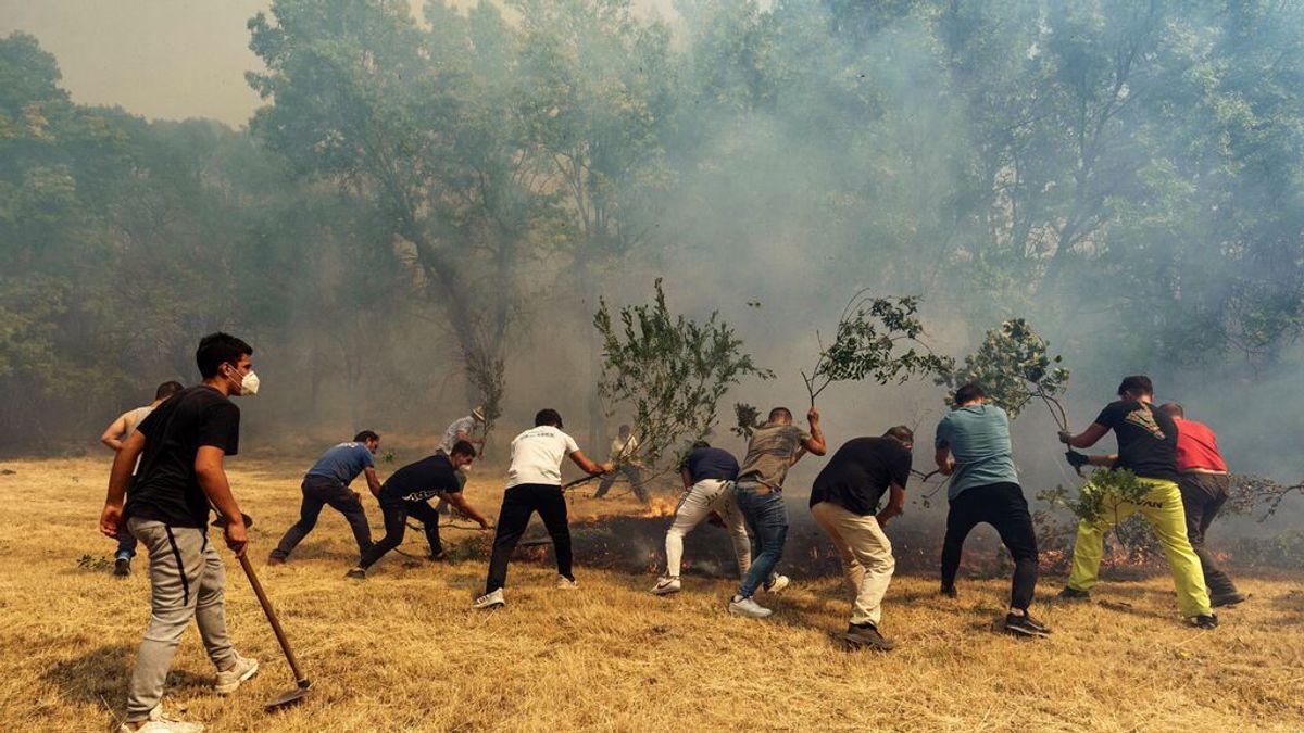 Iker Casillas, uno más de los centenares de voluntarios que ayudan a luchar contra el fuego en Ávila