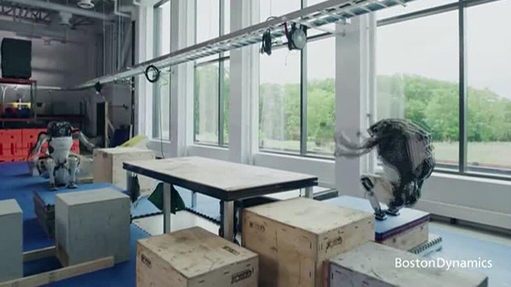 Atlas, el robot humanoide que triunfa haciendo parkour: es capaz de ver su entorno y adaptarse a él