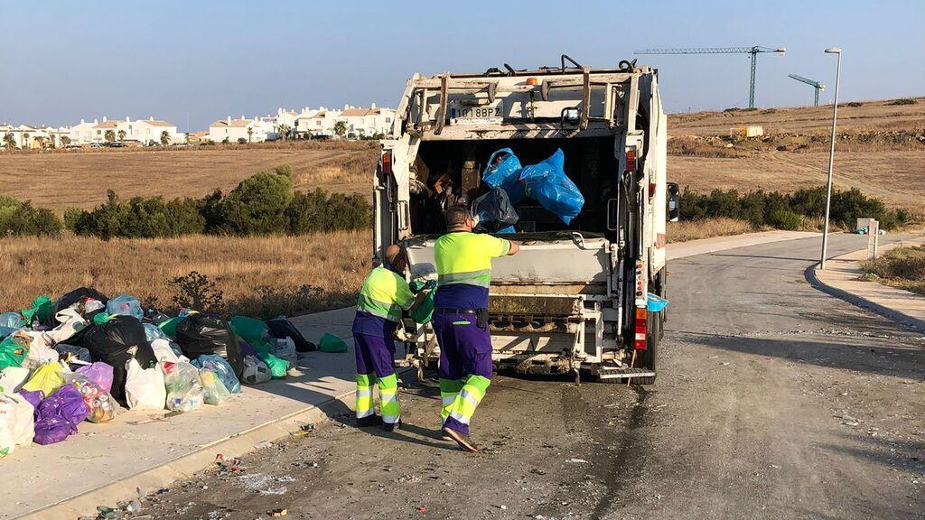 Los servicios de limpieza se llevan la basura recogida por el grupo de jóvenes