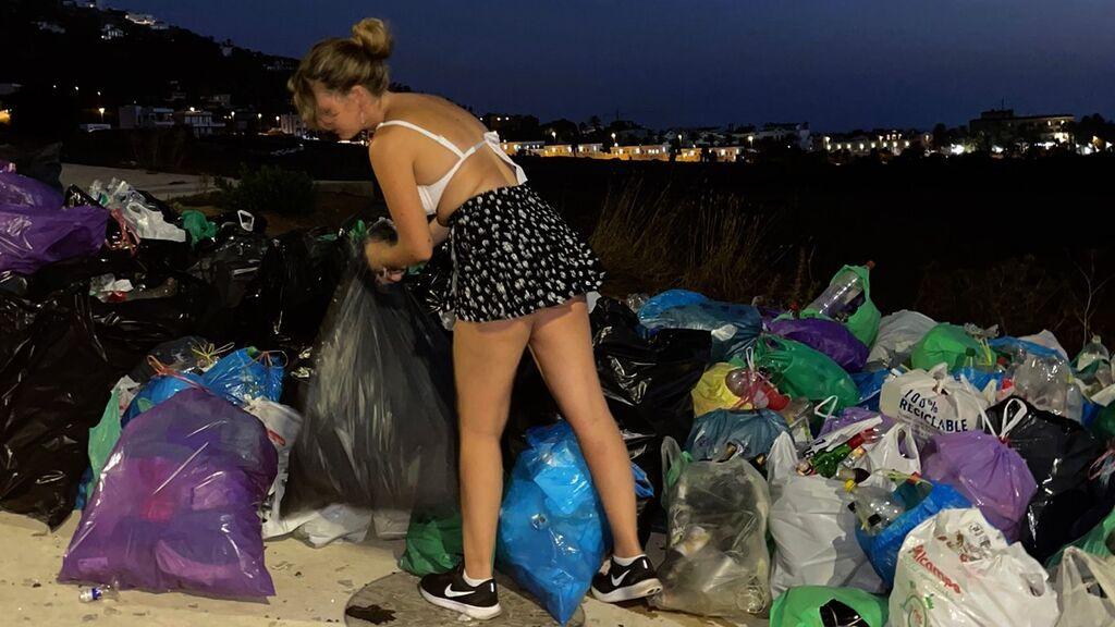 Carmen recogiendo basura