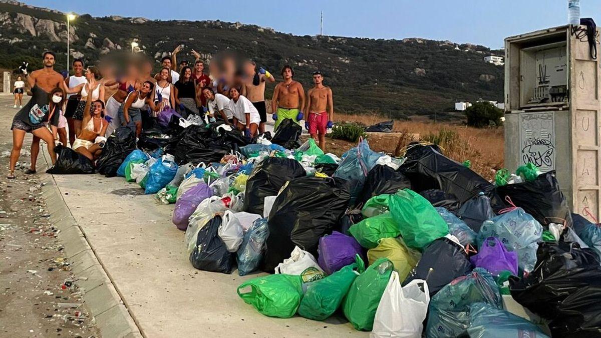 Un grupo de jóvenes limpia en Cádiz la basura dejada por otros adolescentes en sus botellones
