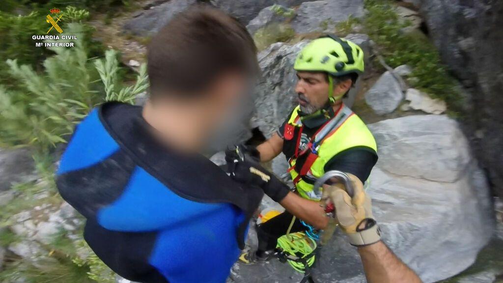 Un agente Guardia Civil rescata a un niño de una poza en Granada