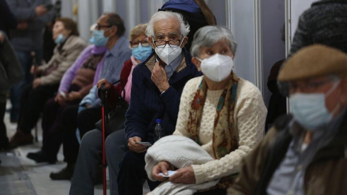 Personas mayores esperan por la tercera dosis en un centro de vacunación en Chile