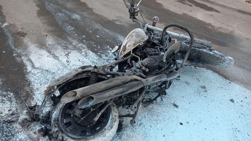 Imagen de la motocicleta quemada en La Puebla de Cazalla (Sevilla)