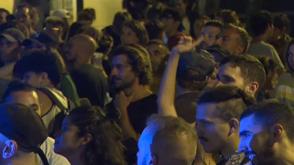 """Multitudinaria fiesta en el barrio de Sants: """"tenemos que divertirnos"""""""