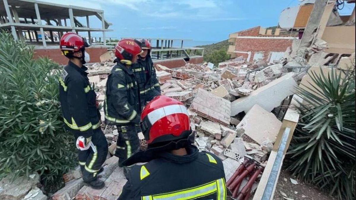 Trabajo contra el reloj en Peñíscola para rescatar a los dos atrapados en el derrumbe de un edificio