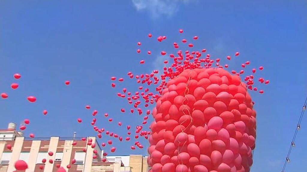 Buñol homenajea a la Tomatina lanzando 2.000 globos rojos biodegradables