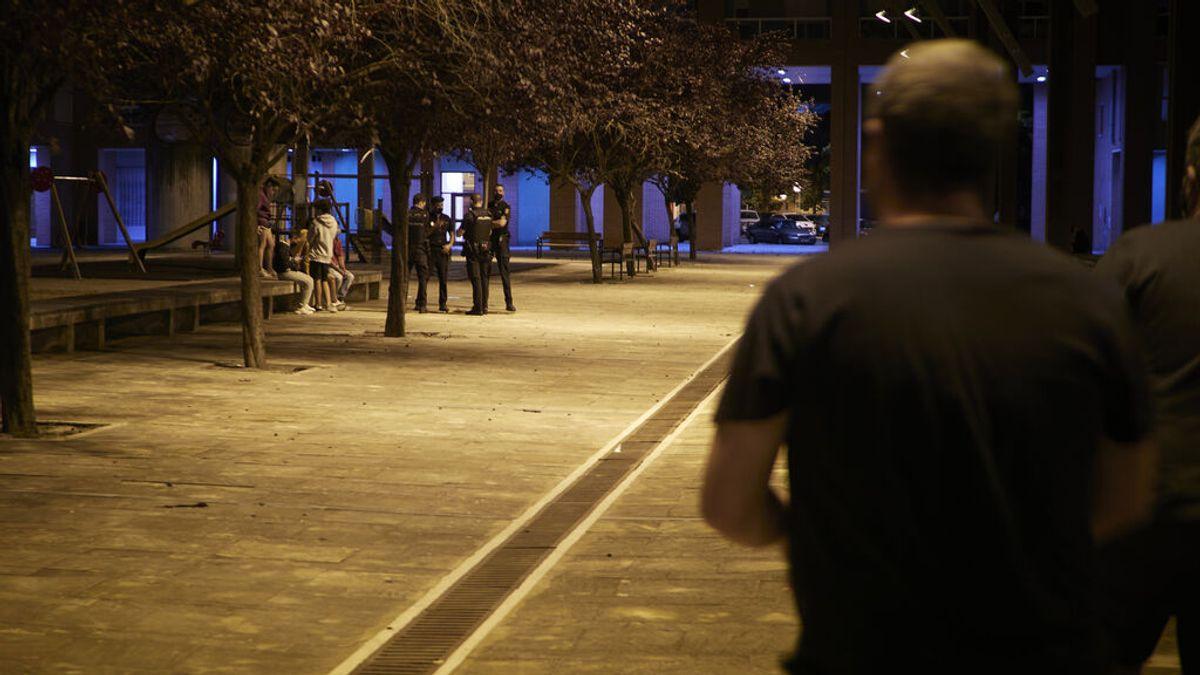 Agentes de policía vigilan las calles en Navarra