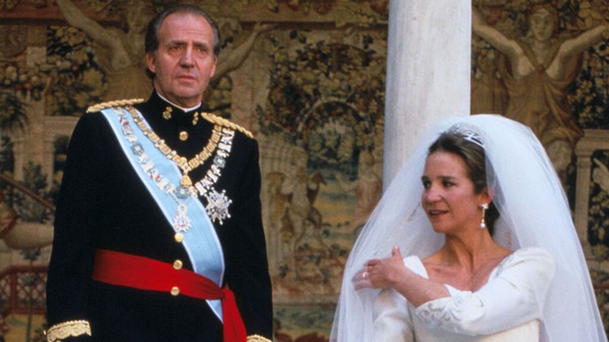 El vestido de novia de la infanta Elena al detalle: de diseñador sevillano, corte princesa y con un velo de tul de cuatro metros.