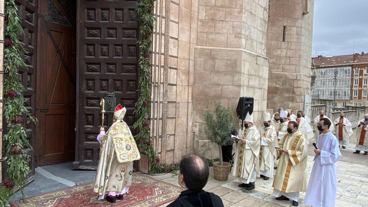 Fidel Herráez, arzobispo de Burgos, abriendo la Puerta del Perdón de la Catedral de Burgos para inaugurar el Año Jubilar