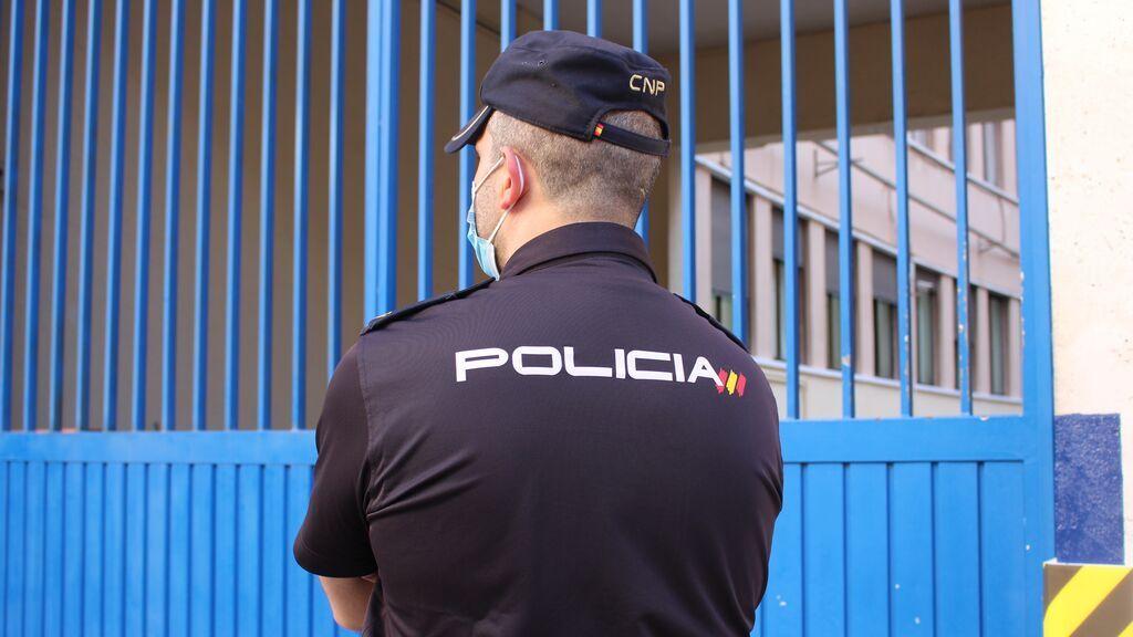Un agente de la Policía Nacional durante una operación