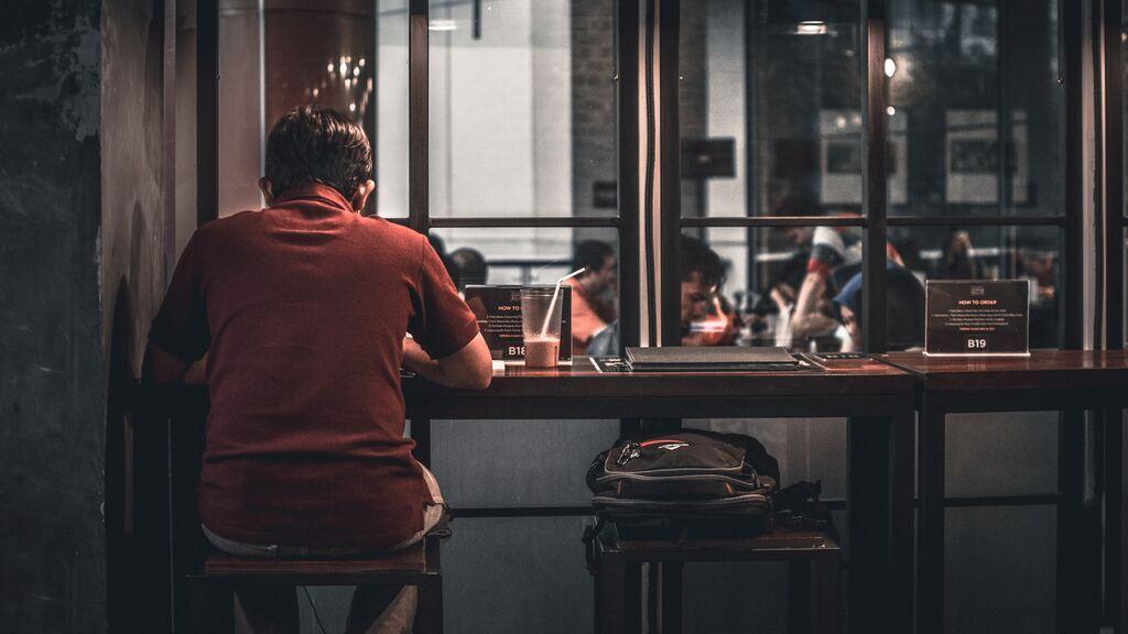 Hombre tomando algo solo