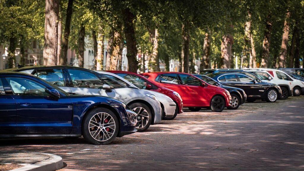 Bien aparcado, pero el motor encendido: la nueva multa de 100 euros a la que te enfrentas