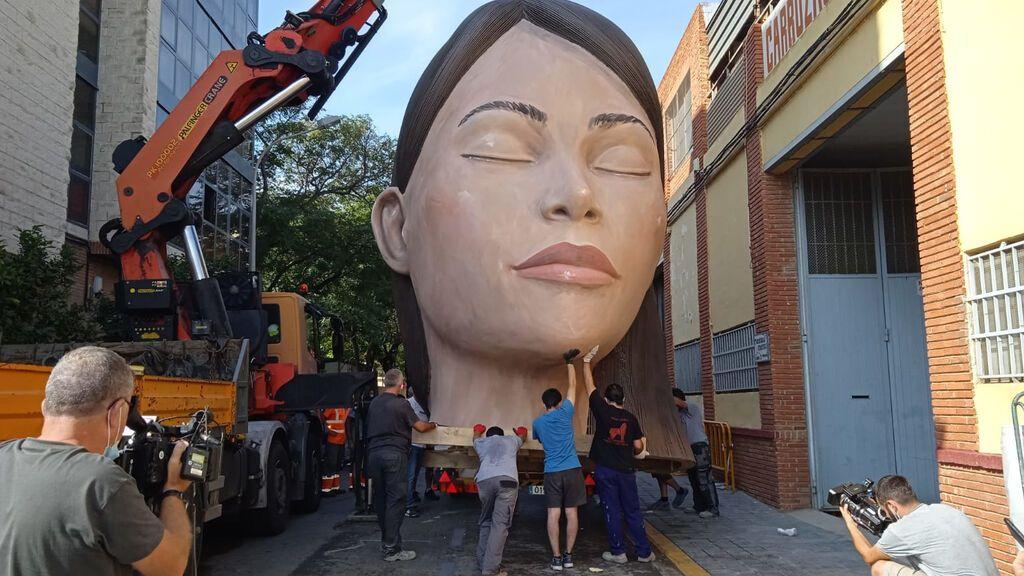 'La Meditadora' vuelve a la plaza del Ayuntamiento de Valencia convertida en icono de la pandemia