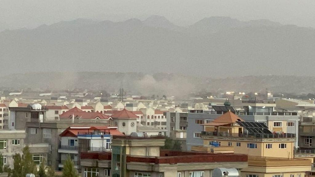 Imágenes de las dos explosiones en las inmediaciones del aeropuerto de Kabul que han dejado una decena de muertes