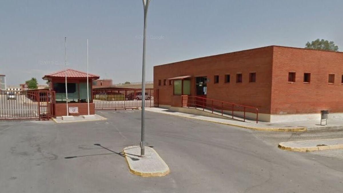 Un preso en la cárcel Sevilla-I se corta y se come un trozo de su oreja