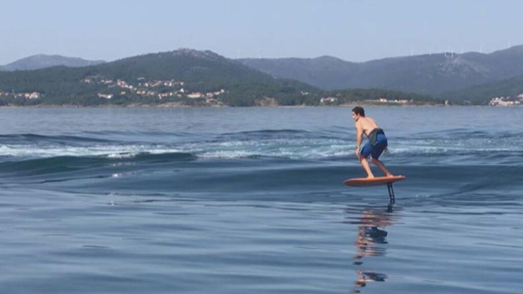La gesta del regatista olímpico gallego Iago López: 40 minutos surfeando la ola de un barco pesquero