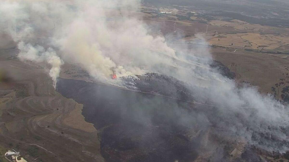Cerca de 30 medios aéreos y terrestres trabajan en un fuego en Burgos