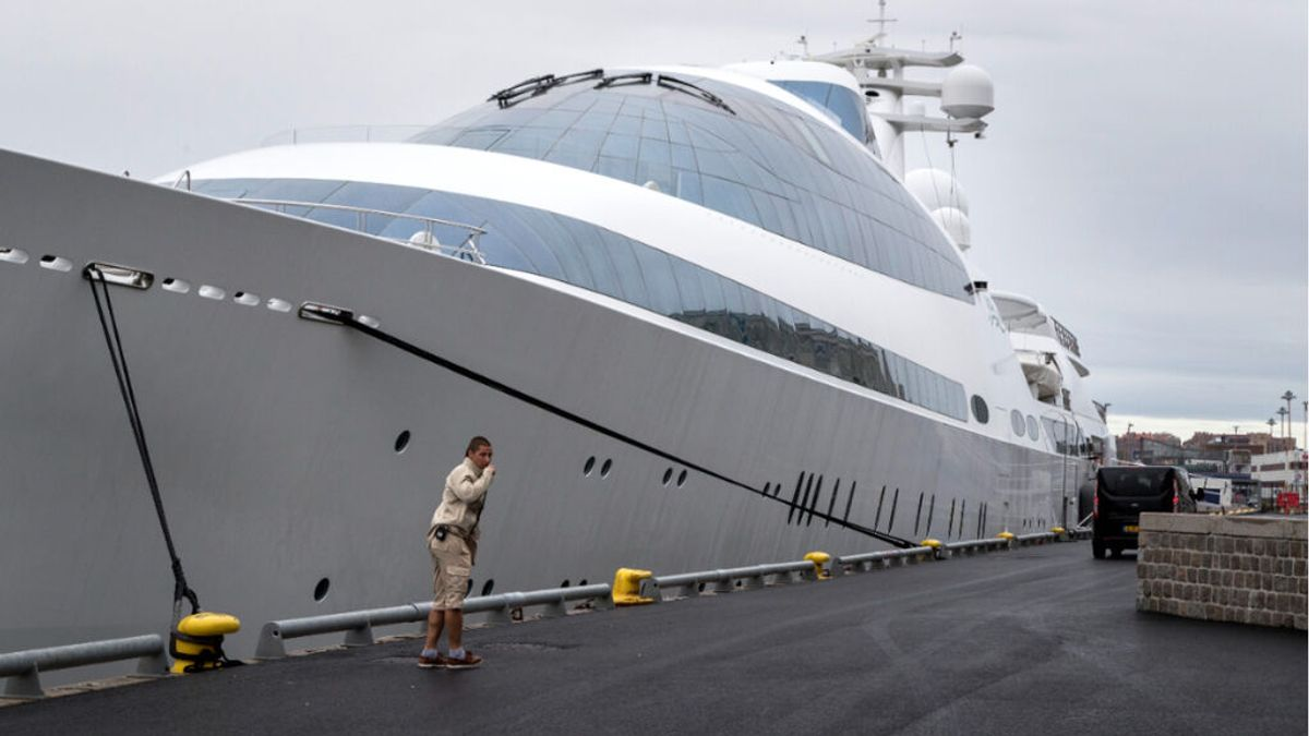 El heredero de Dubai presume de 'Yas' en Cádiz, el megayate más famoso del mundo