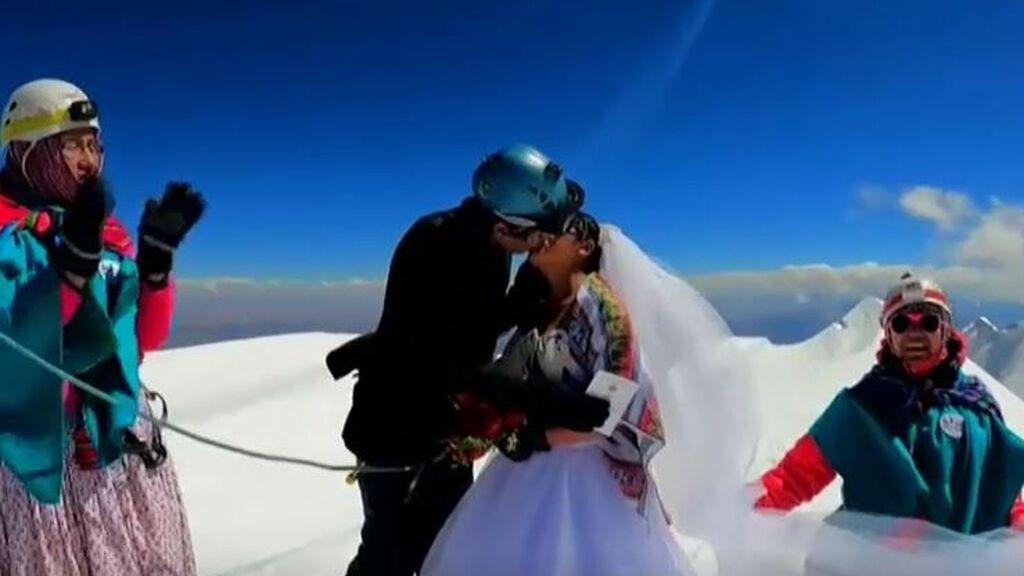 Jhonny Pacheco y Heydi Paco se dan el 'sí quiero' en lo alto del Illimani boliviano