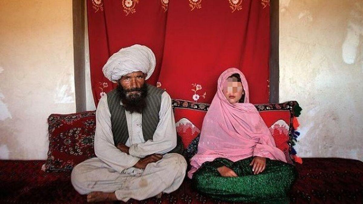 La realidad de las mujeres en Afganistán resumida en una imagen: una niña junto a su marido, 30 años mayor