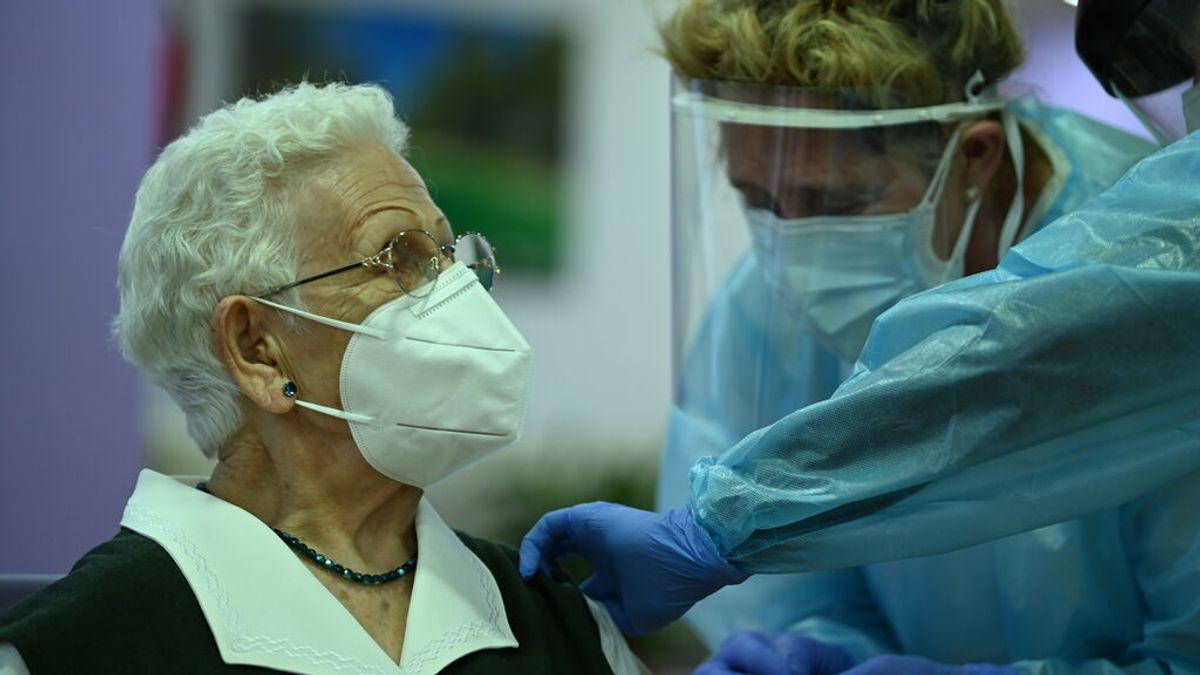 El aumento de muertes en residencias acerca la tercera dosis a las personas mayores