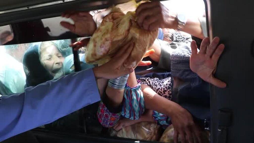 Decenas de personas desesperadas buscan comida y refugio a las afueras de Kabul