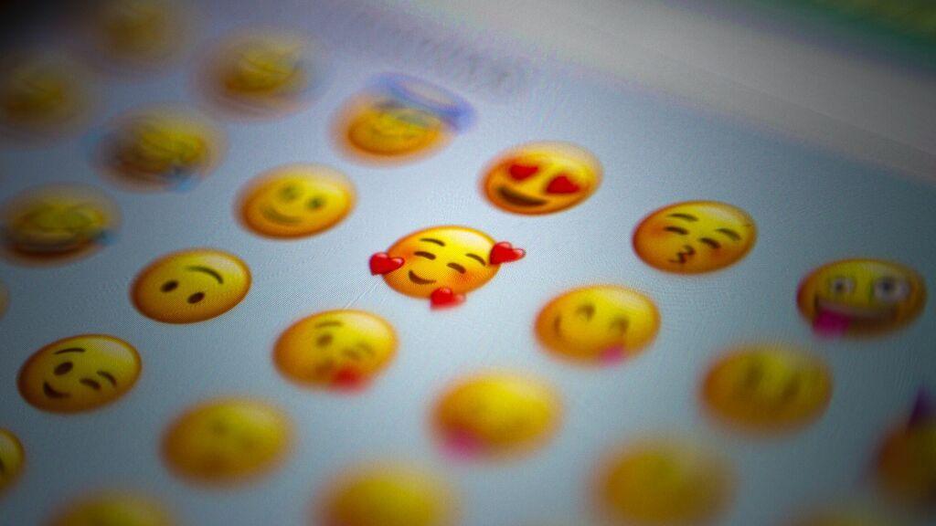 Del demonio con mirada pícara a la carita que guiña y besa. Estos son los mejores y peores emojis para ligar.