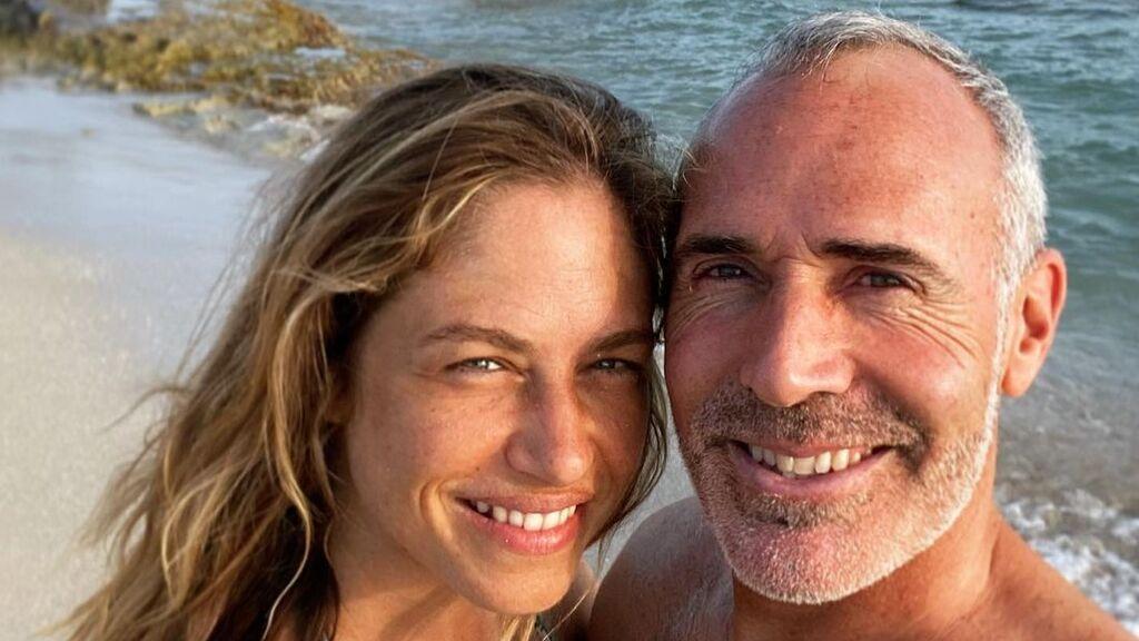 Competitivo hasta de vacaciones: Álex Corretja cambia la raqueta por la pala y se echa un pique 'pro' en la playa