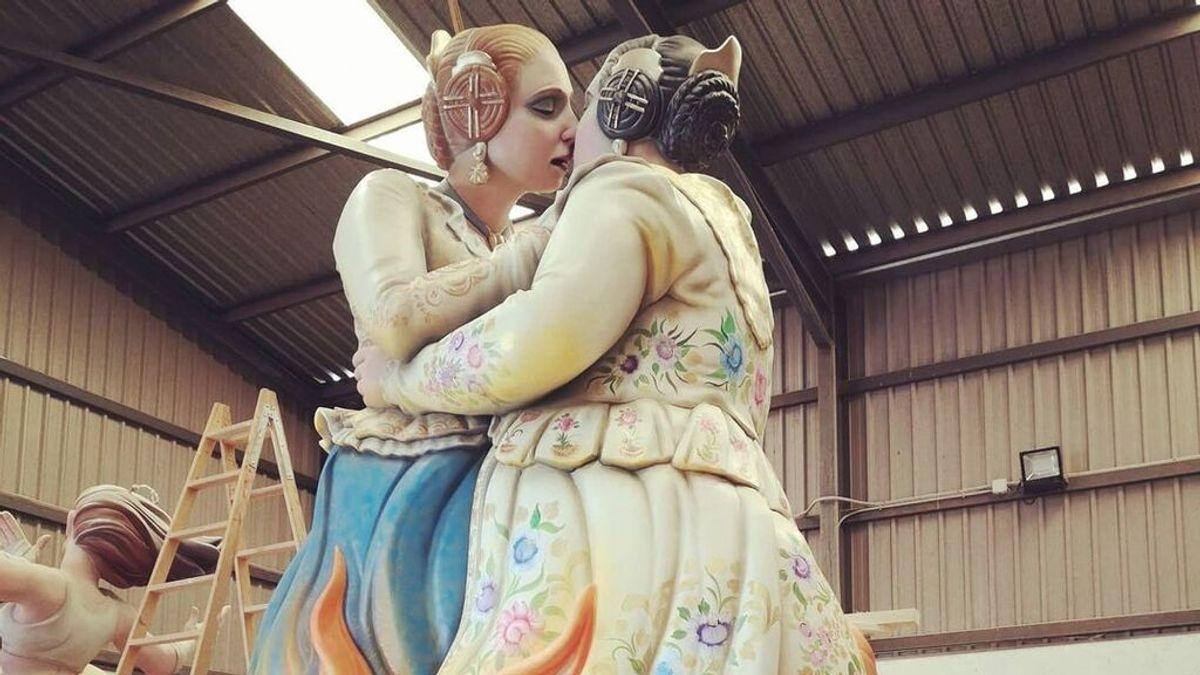 """El beso lésbico de dos falleras, convertido en un reivindicativo monumento: """"Gracias por el apoyo"""""""