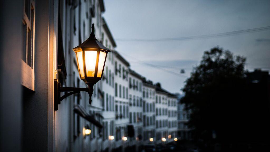 El caso del alcalde que no pagará más la luz: ¿Por qué las eléctricas no pueden cortarle el suministro?