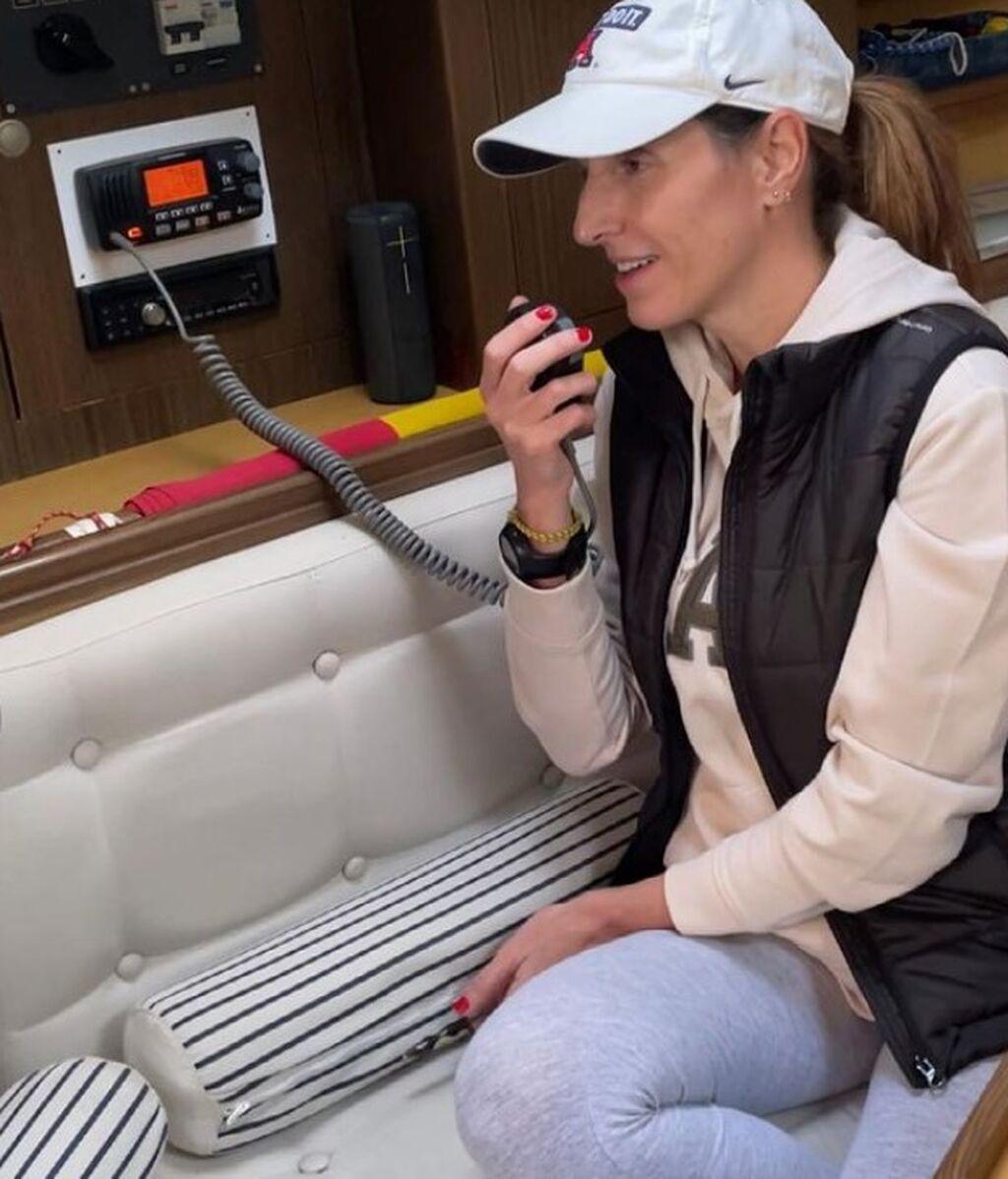 Ana Álvaro, haciendo prácticas de radio en el velero