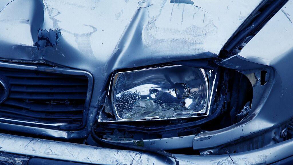 La lluvia me ha roto la luna del coche: ¿Qué me cubre y qué no el seguro?