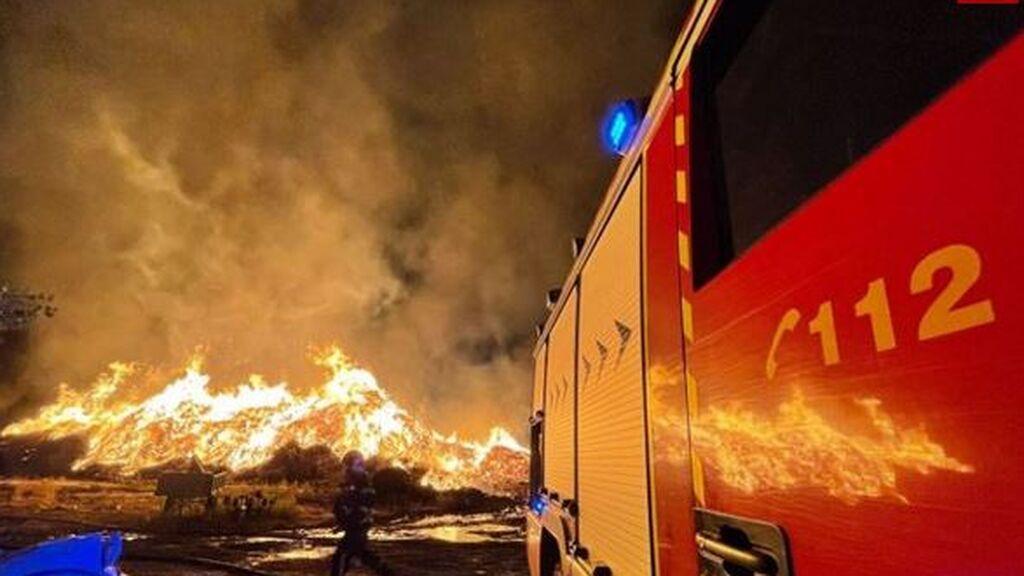 Caen 15.000 rayos por la DANA: un fuego arrasa una fábrica en San Sebastián de los Reyes