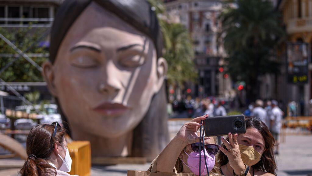 EuropaPress_3898415_dos_personas_fotografian_falla_meditadora_llegada_plaza_ayuntamiento