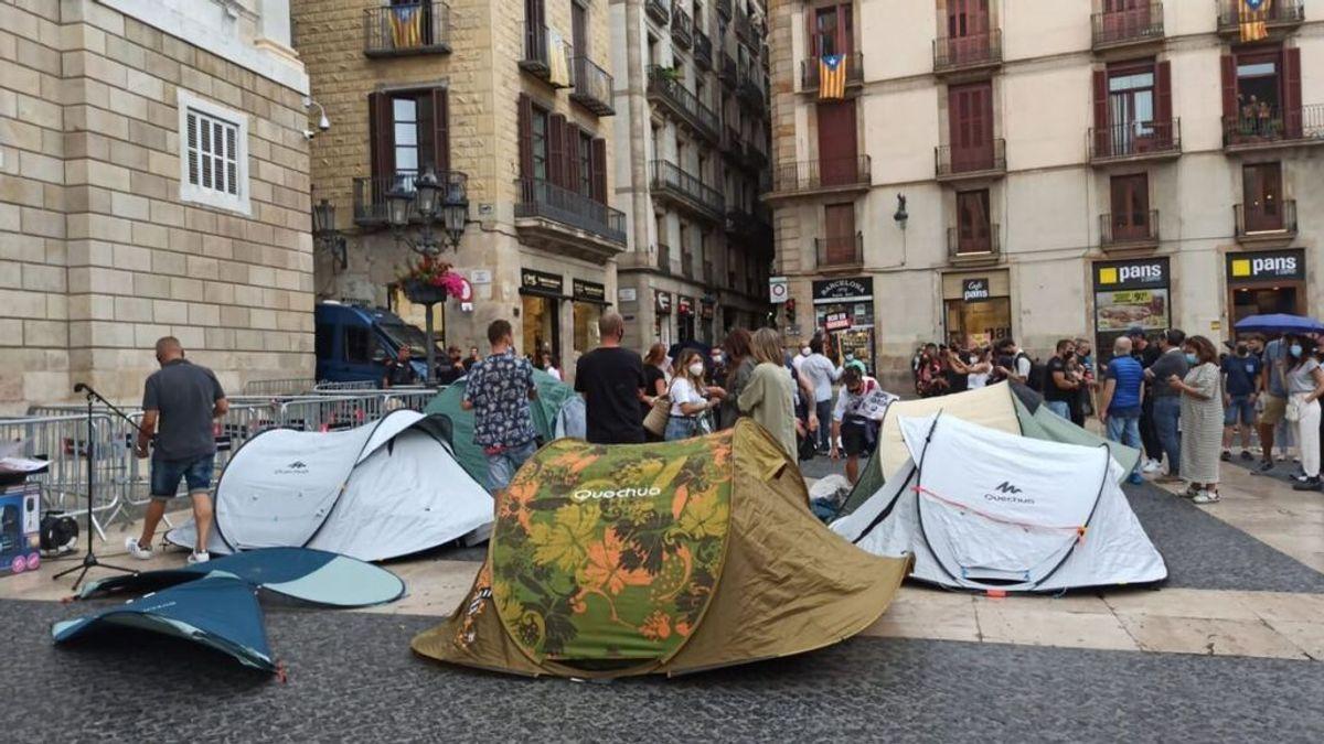 """Una veintena de personas acampan en la plaza Sant Jaume de Barcelona por el cierre del ocio nocturno: """"Basta"""""""