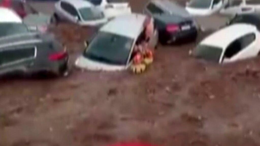 Agónico rescate de un menor de una montaña de coches en Toledo