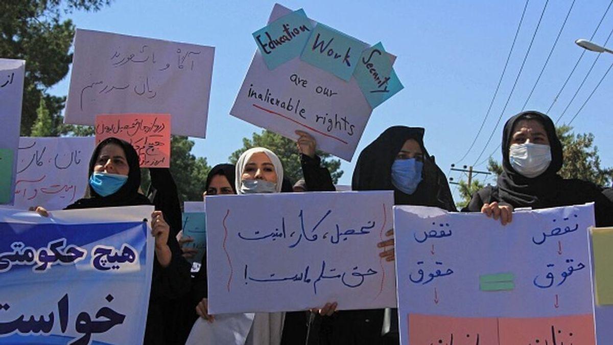Decenas de mujeres se manifiestan en Herat para pedir un Gobierno inclusivo en Afganistán