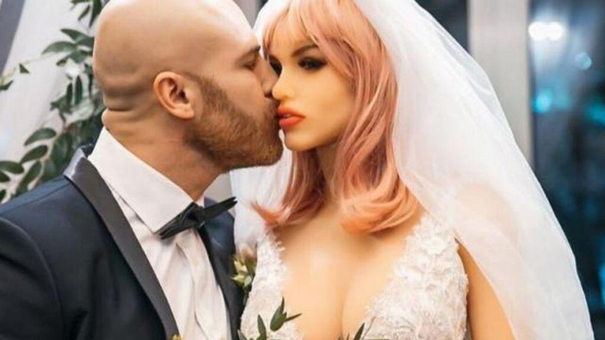 El culturista que se casó con su muñeca hinchable dice haberse enamorado ahora de un cenicero