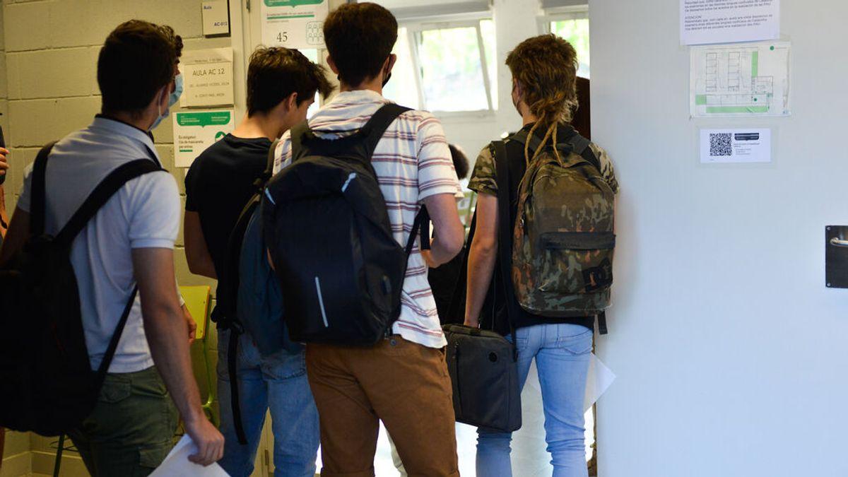 Cómo España ha reducido más de 1.000 puntos la incidencia en jóvenes: de 1.500 en agosto a 300 en la vuelta al cole