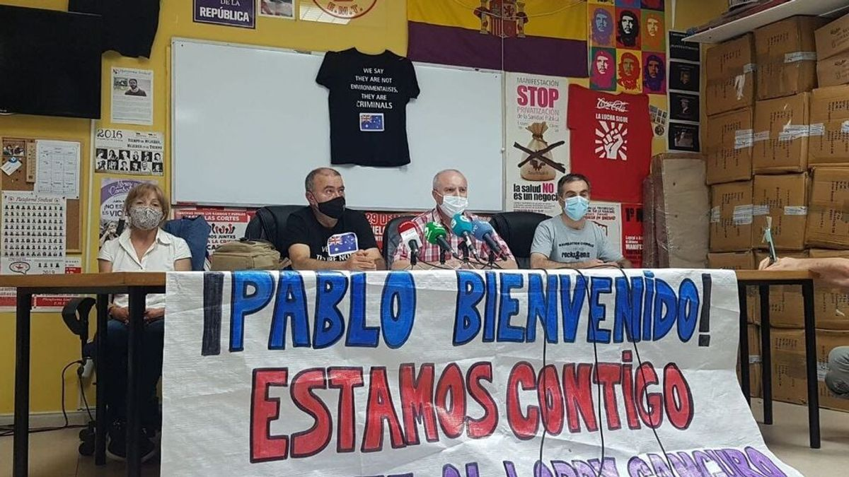 EuropaPress_3912478_rueda_prensa_marinero_gallego_pablo_costas_acompanado_familiares_manolo