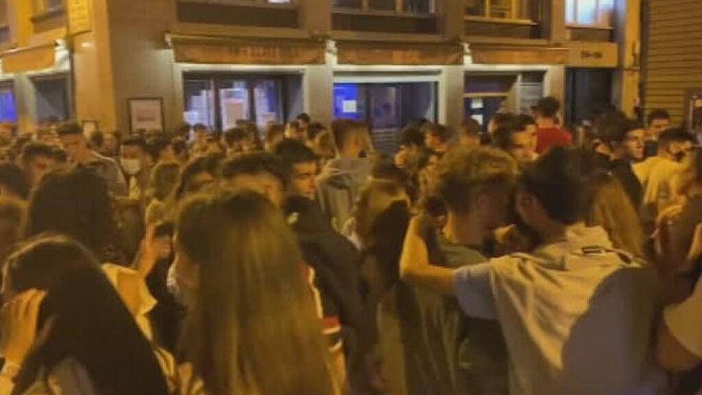 La policía disuelve el 'juevintxo' en Pamplona
