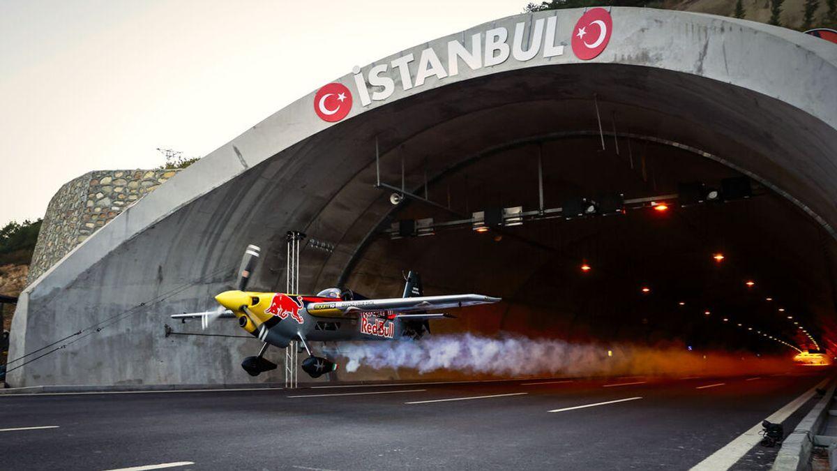 Un avión acrobático atraviesa un túnel a 245 km/h y a un metro de altura sobre el asfalto