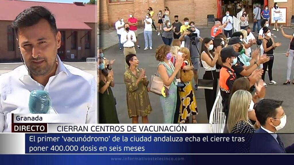 El primer 'vacunódromo' que abrió en Granada echa el cierre entre aplausos y lágrimas