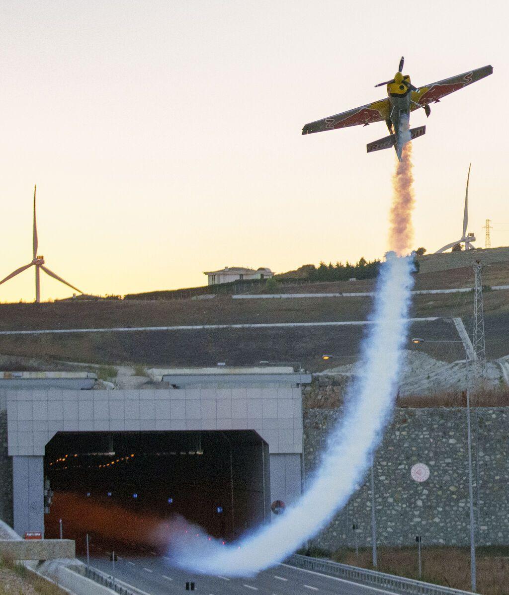 El avión Zivko Edge 540 modificado saliendo del túnel