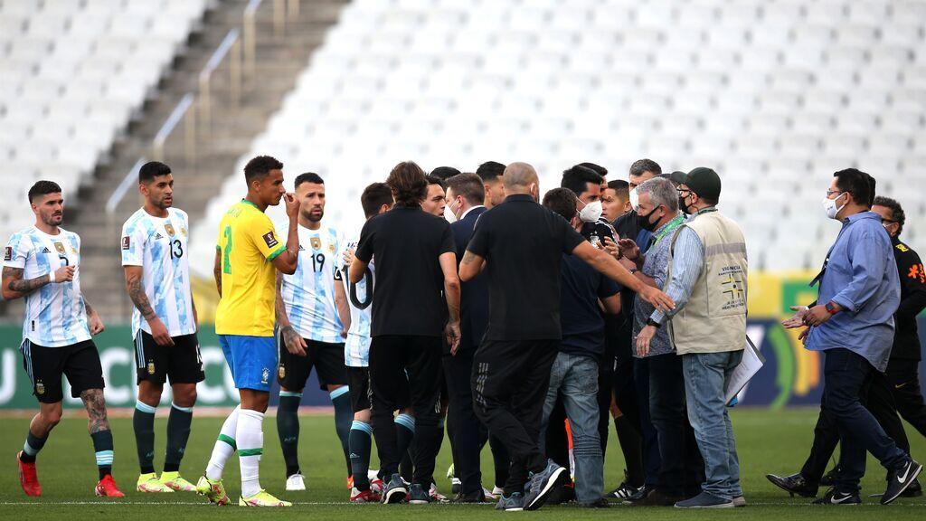 Suspenden el partido Brasil-Argentina después del intento de detener a cuatro jugadores argentinos