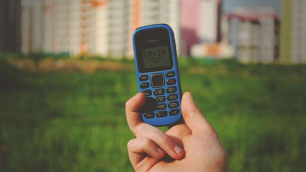 Asombro en el quirófano: los cirujanos encuentran un teléfono Nokia en el estómago de un hombre