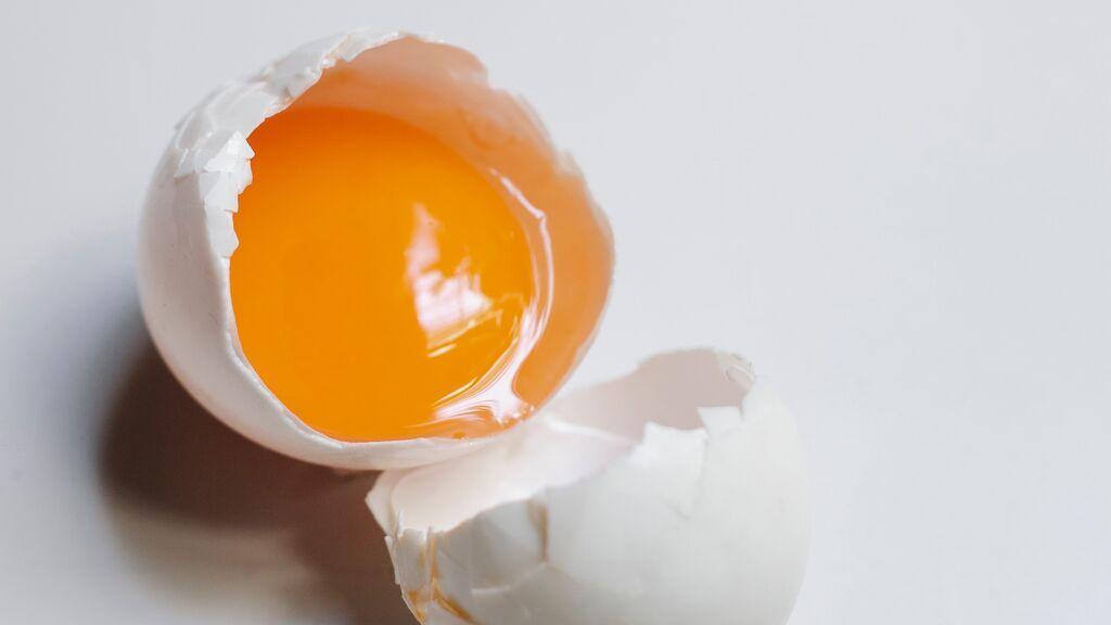 Por qué no debes romper un huevo en el borde de la sartén o el plato