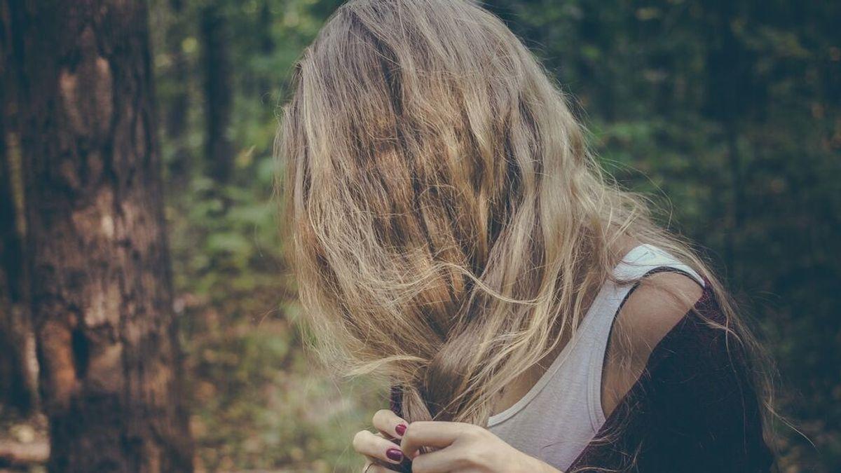 Descamación cuero cabelludo: síntomas, origen y remedios